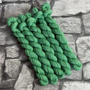 Ein Strang handgefärbte Wolle mit dem Namen Nolde  –  Glamour  –  Mini von Wolldackel