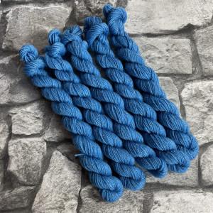 Ein Strang handgefärbte Wolle mit dem Namen Clive  –  Glamour  –  Mini von Wolldackel