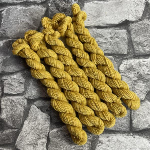 Ein Strang handgefärbte Wolle mit dem Namen Senta  –  Glamour  –  Mini von Wolldackel