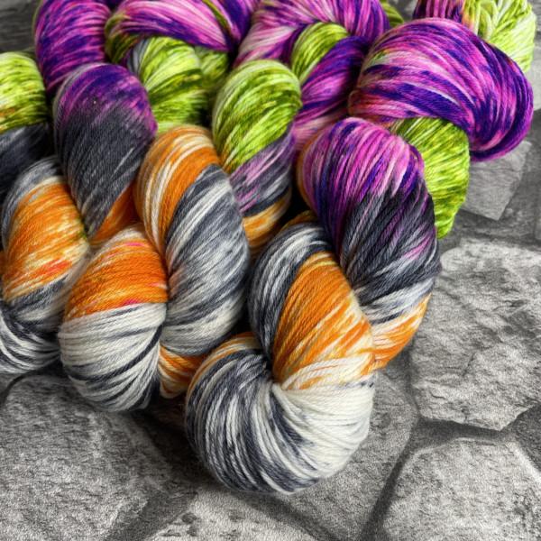 Ein Strang handgefärbte Wolle mit dem Namen Apokalypse von Wolldackel