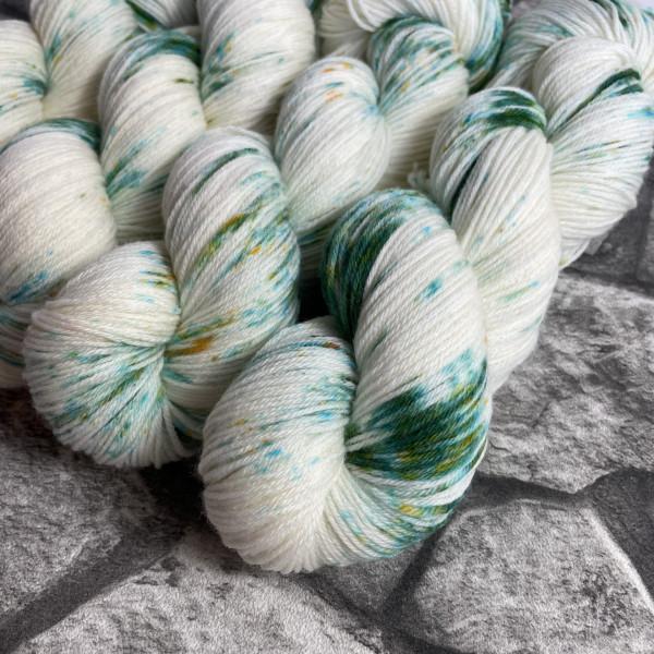 Ein Strang handgefärbte Wolle mit dem Namen Yeti von Wolldackel